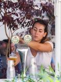 每年啤酒节日的卖主倒啤酒入玻璃 免版税库存图片