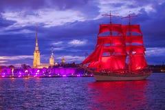 每年庆祝学校的排练在圣彼德堡毕业在彼得和保罗堡垒对面的猩红色风帆 免版税库存图片