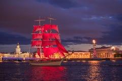 每年庆祝学校的排练在圣彼德堡毕业在彼得和保罗堡垒对面的猩红色风帆 图库摄影