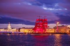 每年庆祝学校的排练在圣彼德堡毕业猩红色风帆 免版税库存图片