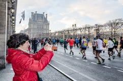 每年巴黎马拉松的观众和参加者在的 免版税库存图片
