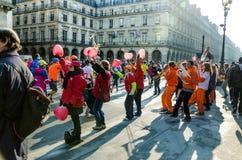 每年巴黎马拉松的观众和参加者在的 库存图片