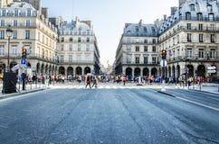 每年巴黎马拉松的观众和参加者在的 图库摄影