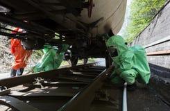毒性化学制品和检查坦克的酸紧急队 免版税库存照片