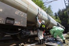 毒性在坦克附近的化学制品酸紧急队 库存照片