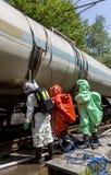毒性在坦克附近的化学制品酸紧急队 免版税图库摄影