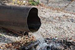 毒性或污水放电到河或湖里 图库摄影