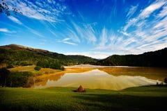 毒性红色的被充斥的教会污染了湖由于铜采矿, 库存照片