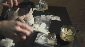 毒贩包装药物-海洛因,可卡因-在包裹并且斟酌他们 他服从隐藏处的药和 影视素材