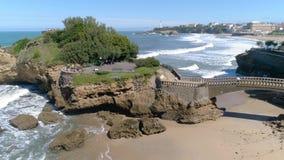 比亚利兹大教堂海岸岩石全景慢动作天线4k 股票录像
