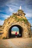 比亚利兹,法国- 2017年10月4日:参观rocher de la vierge的美妙的地方游人人 免版税图库摄影