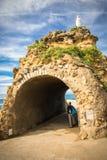 比亚利兹,法国- 2017年10月4日:参观rocher de la vierge的美妙的地方游人人 库存照片