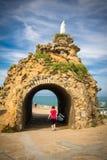 比亚利兹,法国- 2017年10月4日:参观rocher de la vierge的美妙的地方游人人 库存图片