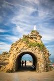比亚利兹,法国- 2017年10月4日:参观rocher de la vierge的美妙的地方游人人 免版税库存照片