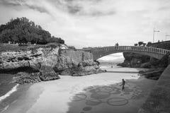 比亚利兹,法国- 2017年10月4日:在创造沙子图画的人艺术家的上部看法用木棍子 免版税库存图片