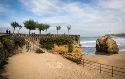 比亚利兹,法国- 2017年10月4日:游人大西洋海岸的观光的美妙的旅游比亚利兹 免版税库存照片