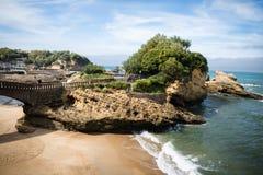 比亚利兹,法国- 2017年10月4日:游人大西洋海岸的,巴斯克地区观光的美妙的旅游比亚利兹 免版税图库摄影