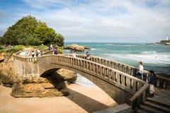 比亚利兹,法国- 2017年10月4日:游人大西洋海岸的,巴斯克地区观光的美妙的旅游比亚利兹 图库摄影
