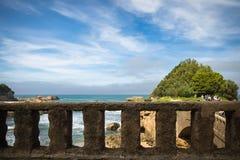 比亚利兹,法国- 2017年10月4日:看法通过石篱芭-游人观光的美妙的旅游比亚利兹 免版税库存照片