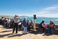 比亚利兹,法国- 2017年5月20日:人们获得享用在大西洋海岸线的乐趣春天温暖的太阳在晴朗的蓝色的巴斯克国家 免版税库存图片