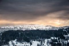 巴比亚Gora与雪- Zawoja,波兰的山风景 图库摄影