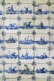 比利时、安特卫普、2016年3月17日,在Th的老蓝色和白色瓦片 库存图片