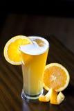 比利时与橙色切片的麦子强麦酒 免版税库存图片