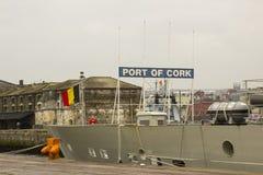 比利时军舰铸工的超结构和桥梁停泊了在肯尼迪码头在黄柏港口爱尔兰城市 免版税库存图片
