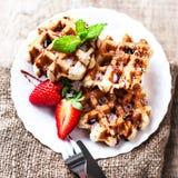 比利时华夫饼干冠上了用草莓、糖浆和结冰,宏指令 免版税库存图片