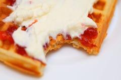 比利时华夫饼干用果酱和打好的奶油 免版税库存照片