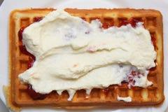 比利时华夫饼干用果酱和打好的奶油 免版税图库摄影