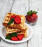 比利时华夫饼干用草莓和薄菏 库存照片
