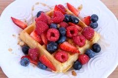 比利时华夫饼干用莓果和糖浆 图库摄影