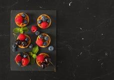 比利时华夫饼干用蓝莓、莓,樱桃和新鲜 库存图片