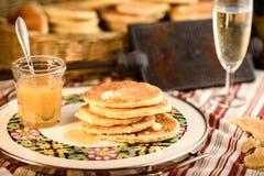 比利时华夫饼干用蜂蜜 免版税库存照片