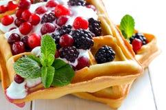 比利时华夫饼干用酸奶和莓果 免版税图库摄影