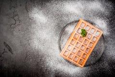 比利时华夫饼干,洒与搽粉的糖 库存照片