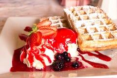 比利时奶油色冰草莓奶蛋烘饼 免版税库存图片