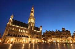 比利时布鲁塞尔大厅晚上射击城镇 免版税库存图片