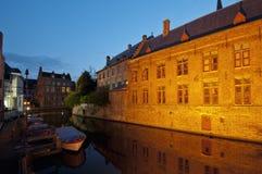 比利时布鲁日运河安置晚上 免版税库存图片