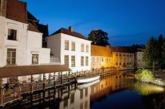 比利时布鲁日运河安置晚上 库存照片