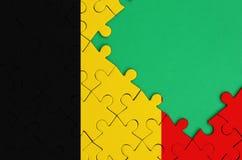 比利时旗子在与自由绿色拷贝空间的一个完整七巧板被描述在右边 向量例证