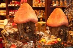 比利时,布鲁塞尔- 2014年9月06日:装饰的商店窗口卖传统比利时甜点和巧克力 免版税图库摄影
