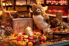 比利时,布鲁塞尔- 2014年9月06日:装饰的商店窗口卖传统比利时甜点和巧克力 免版税库存照片
