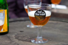 比利时, TILDONK - 2014年9月04日:Hof十Dormaal啤酒的杯 免版税库存图片