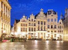 比利时-布鲁塞尔大广场在布鲁塞尔在夜 免版税库存照片