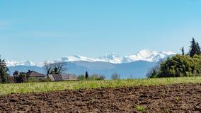 比利牛斯与蓝天的山脉 免版税库存照片