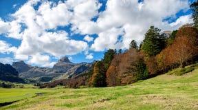 比利牛斯山看法在秋天,在Pic Ossau附近 库存照片