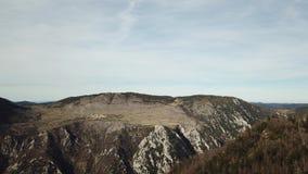 比利牛斯山脉的小山鸟瞰图在Occitanie,法国 股票视频