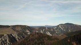 比利牛斯山脉的小山鸟瞰图在Occitanie,法国 股票录像